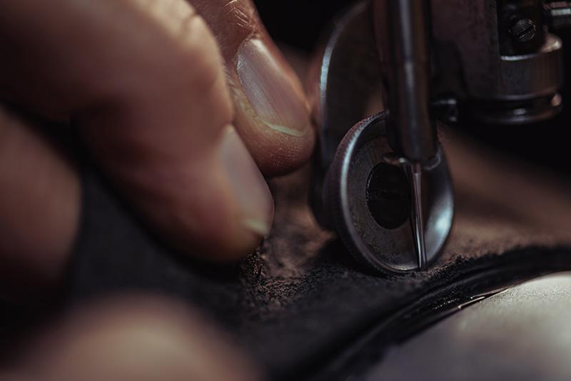 Foto von Nähmaschine, die Leder näht