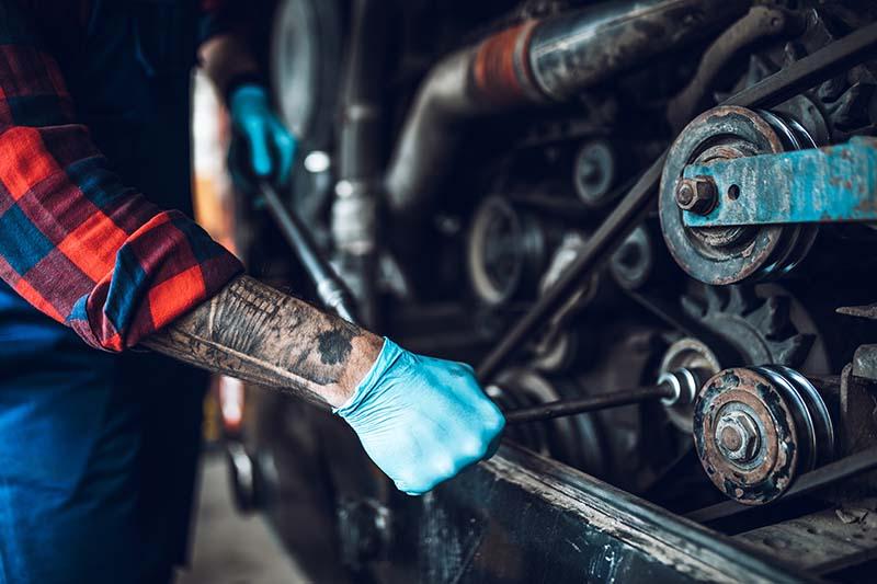 Foto eines Mechatronikers bei der Arbeit